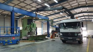 Mercedes Actros i HIAB 330 podczas prac montażowych