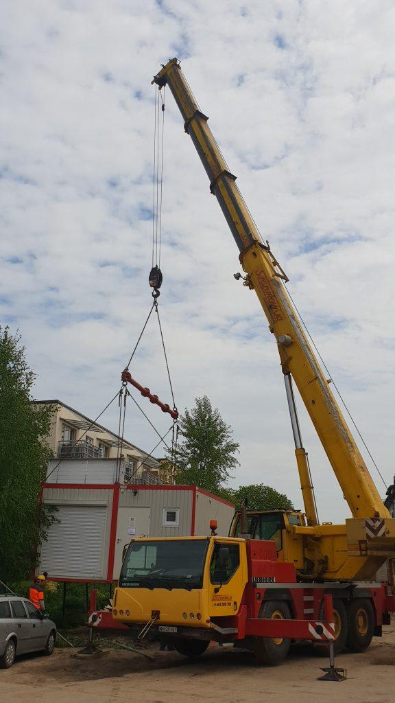 Wynajem dźwigu Warszawa do podniesienia dwóch kontenerów - trawers